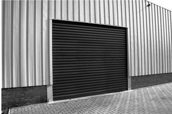 Afbeelding in zwart-wit van geinstalleerde rolpoort